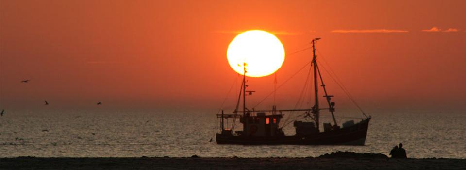 Strand_Sonnenuntergang_Fischerboot_960x350